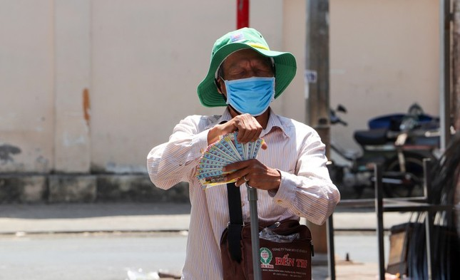 Gần 11.700 người bán vé số ở Tiền Giang được nhận hỗ trợ ảnh 1