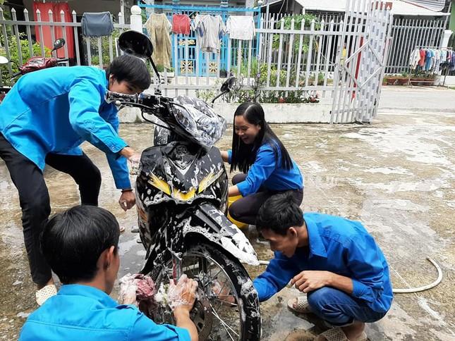 Đoàn viên thanh niên rửa xe gây quỹ tặng quà trung thu cho trẻ em khuyết tật ảnh 1
