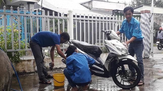 Đoàn viên thanh niên rửa xe gây quỹ tặng quà trung thu cho trẻ em khuyết tật ảnh 3