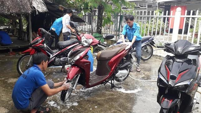 Đoàn viên thanh niên rửa xe gây quỹ tặng quà trung thu cho trẻ em khuyết tật ảnh 2