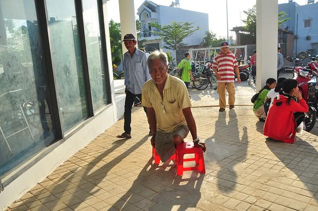 Người khuyết tật vượt hàng chục cây số để nhận quà tết ảnh 1