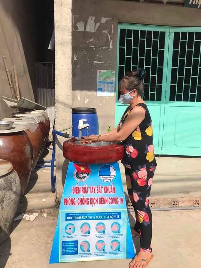 Bạn trẻ xứ dừa may khẩu trang, làm bồn rửa tay từ lốp xe ảnh 3