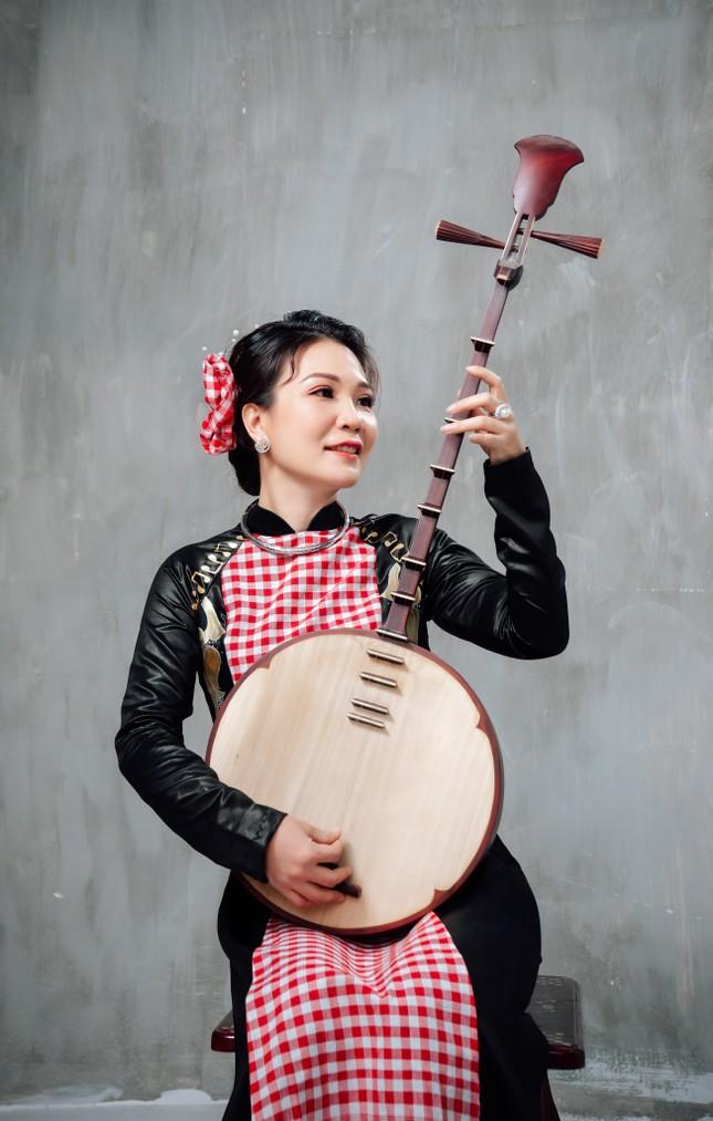 Đờn ca tài tử được khắc họa ấn tượng trên áo dài Việt Nam ảnh 1