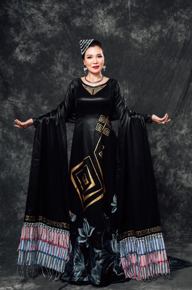 Đờn ca tài tử được khắc họa ấn tượng trên áo dài Việt Nam ảnh 5