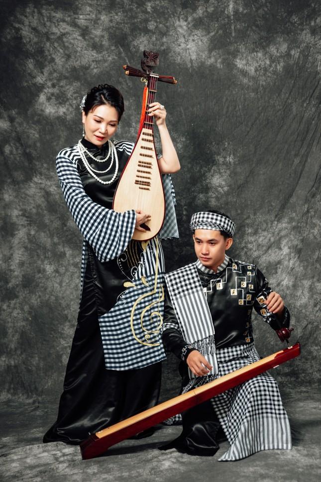 Đờn ca tài tử được khắc họa ấn tượng trên áo dài Việt Nam ảnh 3