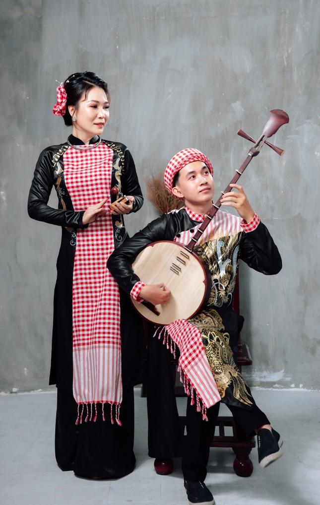 Đờn ca tài tử được khắc họa ấn tượng trên áo dài Việt Nam ảnh 2