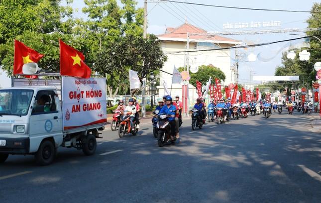 Nhiều hoạt động ý nghĩa của Hành trình Đỏ tại quê hương Bác Tôn ảnh 5