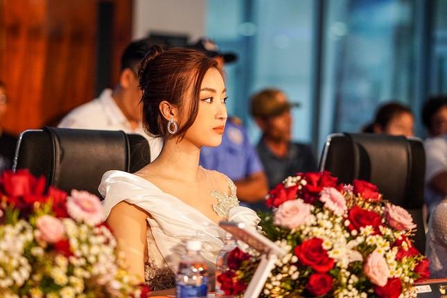 Hoa hậu Đỗ Mỹ Linh trao vương miện cho tân Hoa khôi đại học FPT Cần Thơ ảnh 4