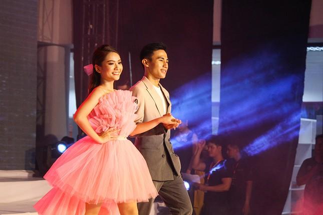 Hoa hậu Đỗ Mỹ Linh trao vương miện cho tân Hoa khôi đại học FPT Cần Thơ ảnh 6