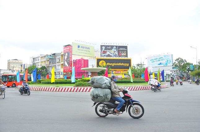 Đường phố Cần Thơ rợp bóng cờ hoa chào mừng Đại hội Đảng ảnh 11
