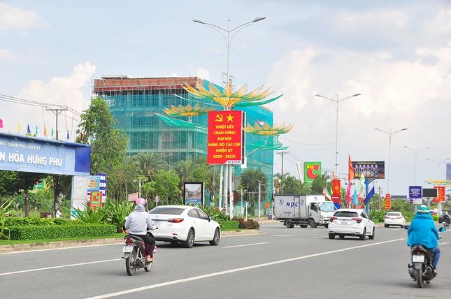 Đường phố Cần Thơ rợp bóng cờ hoa chào mừng Đại hội Đảng ảnh 9
