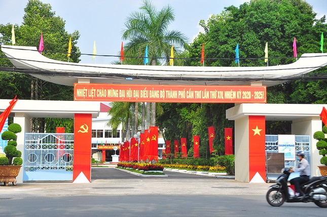 Đường phố Cần Thơ rợp bóng cờ hoa chào mừng Đại hội Đảng ảnh 12