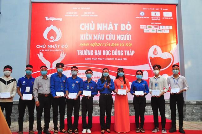 Hàng trăm bạn trẻ tham gia hiến máu tại trường ĐH Đồng Tháp ảnh 12