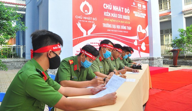 Hàng trăm bạn trẻ tham gia hiến máu tại trường ĐH Đồng Tháp ảnh 2