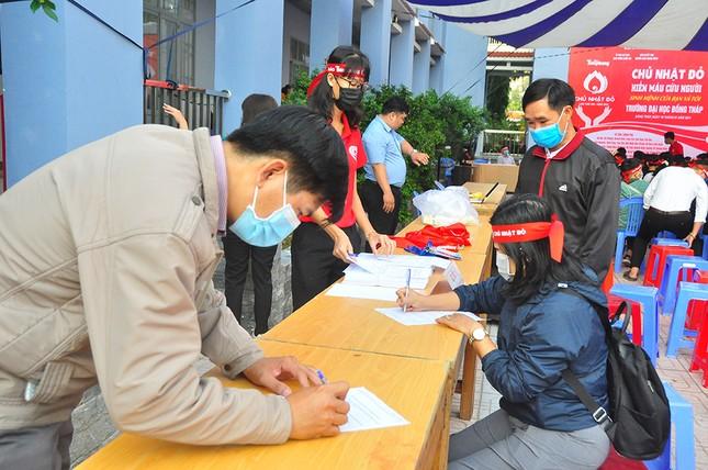 Hàng trăm bạn trẻ tham gia hiến máu tại trường ĐH Đồng Tháp ảnh 9