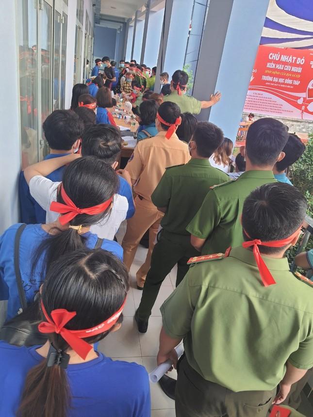 Hàng trăm bạn trẻ tham gia hiến máu tại trường ĐH Đồng Tháp ảnh 16