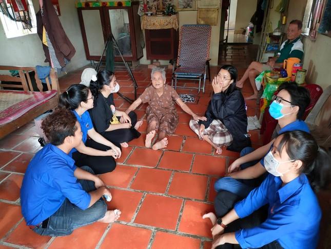 Bạn trẻ đất Sen Hồng gói bánh tét tặng cụ già đón Tết ảnh 7