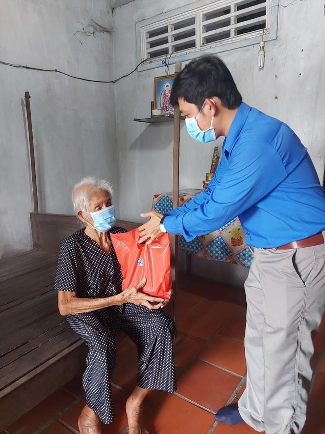 Bạn trẻ đất Sen Hồng gói bánh tét tặng cụ già đón Tết ảnh 6