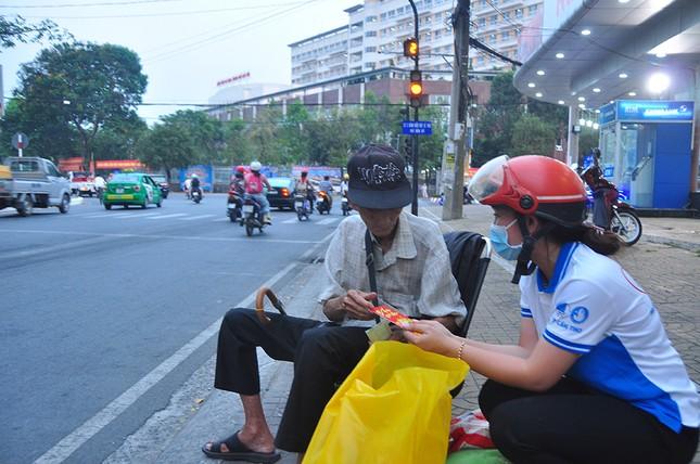 Ấm áp những phần quà dành tặng người nghèo đón Tết ảnh 4