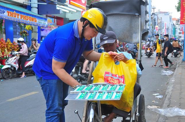 Ấm áp những phần quà dành tặng người nghèo đón Tết ảnh 9