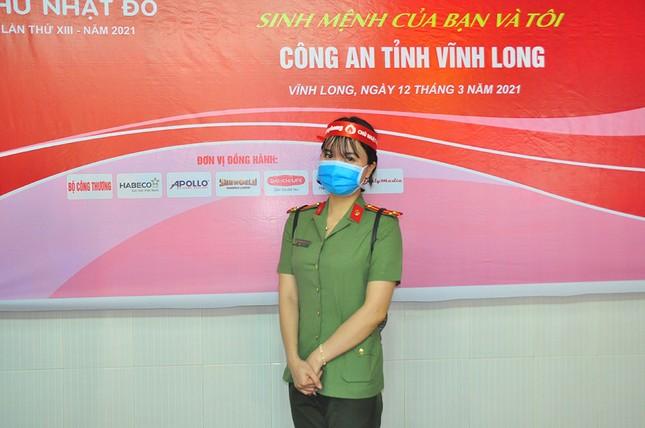 Nữ chiến sĩ công an sôi nổi trong ngày hội hiến máu Chủ nhật Đỏ ảnh 5