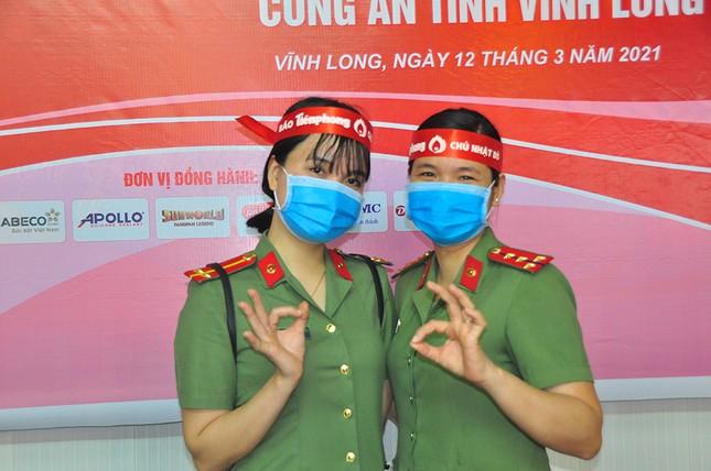 Nữ chiến sĩ công an sôi nổi trong ngày hội hiến máu Chủ nhật Đỏ ảnh 1