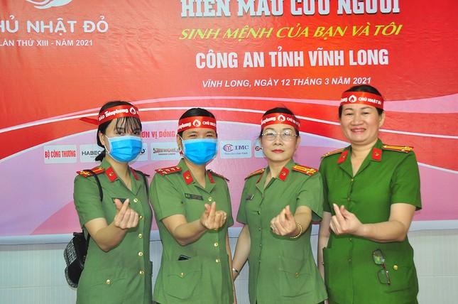 Nữ chiến sĩ công an sôi nổi trong ngày hội hiến máu Chủ nhật Đỏ ảnh 4