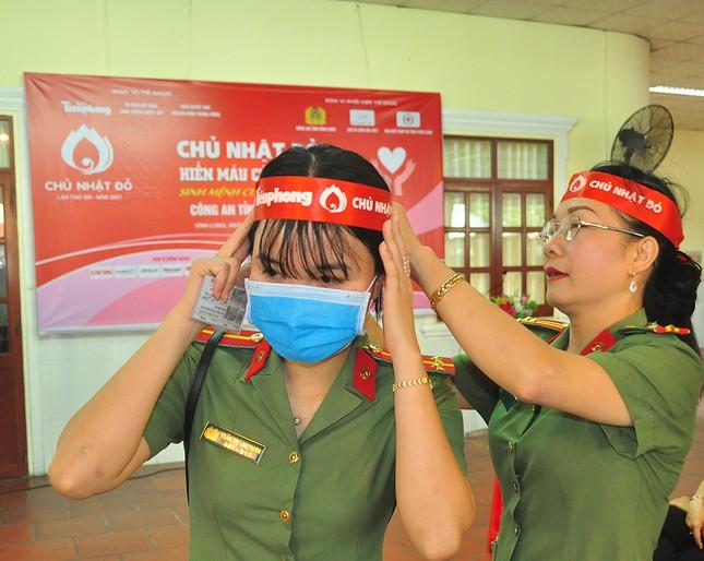 Nữ chiến sĩ công an sôi nổi trong ngày hội hiến máu Chủ nhật Đỏ ảnh 3