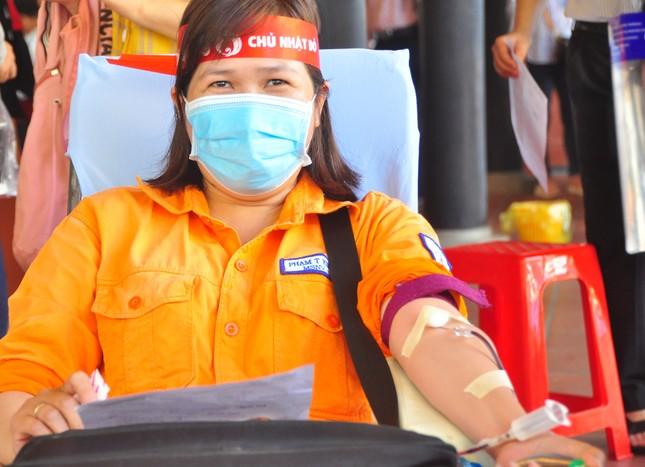 Nữ chiến sĩ công an sôi nổi trong ngày hội hiến máu Chủ nhật Đỏ ảnh 11