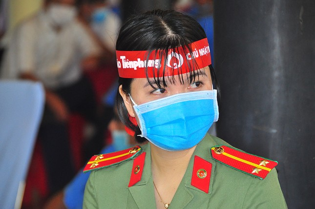 Nữ chiến sĩ công an sôi nổi trong ngày hội hiến máu Chủ nhật Đỏ ảnh 6