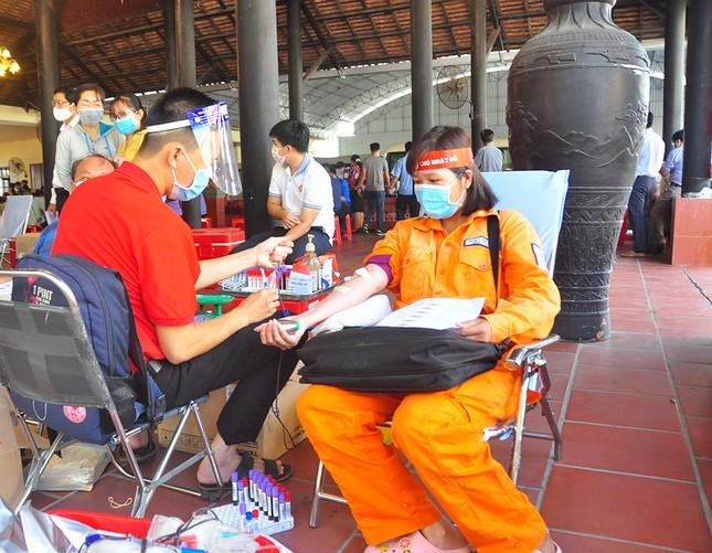 Nữ chiến sĩ công an sôi nổi trong ngày hội hiến máu Chủ nhật Đỏ ảnh 10