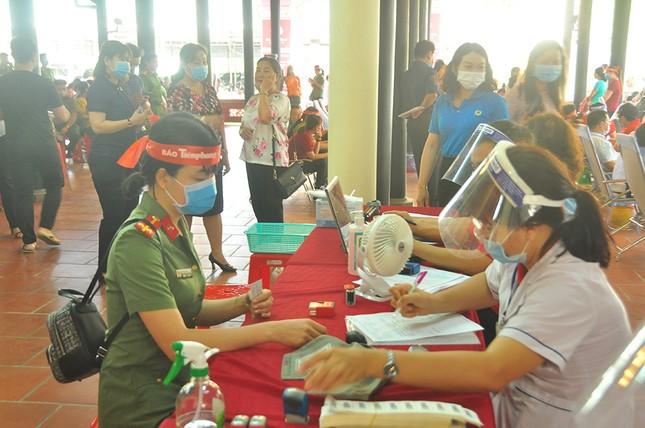Nữ chiến sĩ công an sôi nổi trong ngày hội hiến máu Chủ nhật Đỏ ảnh 7