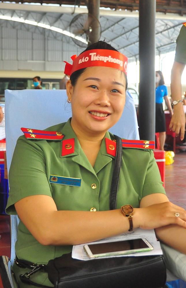 Nữ chiến sĩ công an sôi nổi trong ngày hội hiến máu Chủ nhật Đỏ ảnh 2