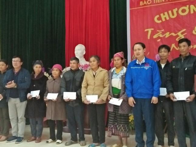 Trao tặng quà Tết cho người nghèo ở Thanh Hóa ảnh 1