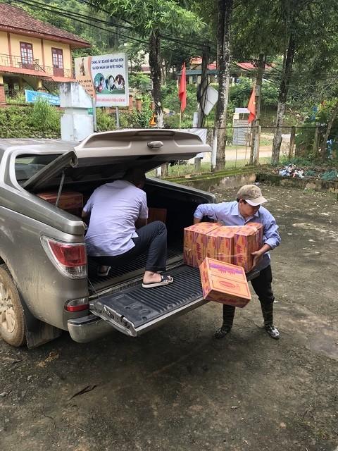 Đi bộ hàng chục km để cứu trợ người dân vùng lũ Thanh Hóa ảnh 3