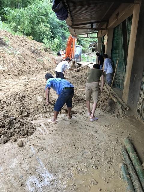 Đi bộ hàng chục km để cứu trợ người dân vùng lũ Thanh Hóa ảnh 4