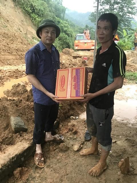 Đi bộ hàng chục km để cứu trợ người dân vùng lũ Thanh Hóa ảnh 5