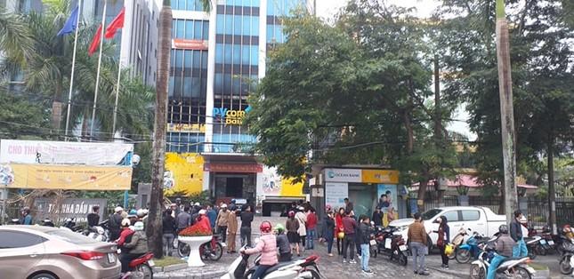 Phong tỏa toà nhà Dầu khí cháy, nhiều người chưa thể tiếp cận nơi làm việc ảnh 6