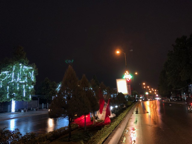 Mưa lớn, lá rụng ngập đường tại TP Thanh Hoá ảnh 1