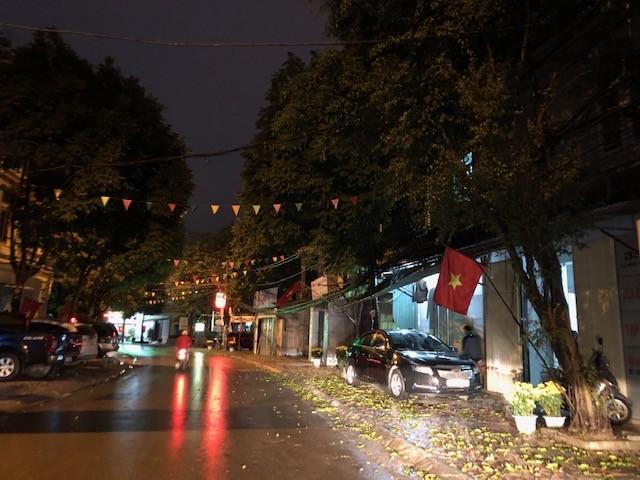 Mưa lớn, lá rụng ngập đường tại TP Thanh Hoá ảnh 2
