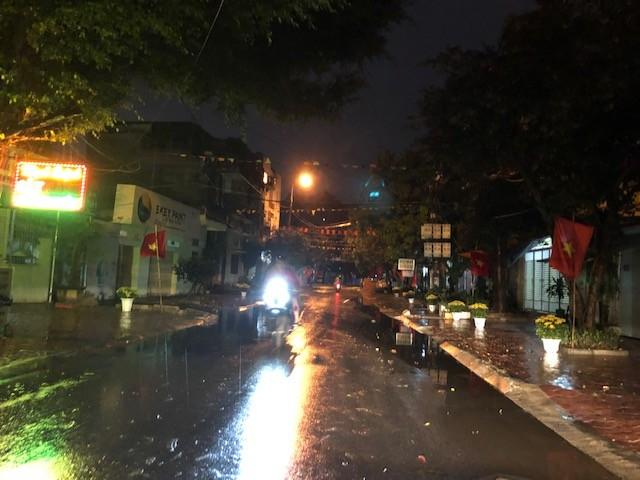 Mưa lớn, lá rụng ngập đường tại TP Thanh Hoá ảnh 3