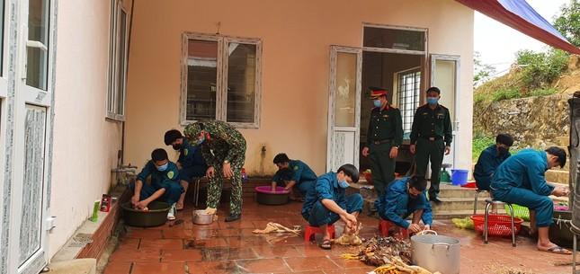 Cận cảnh bếp ăn phục vụ người Việt từ Lào về cách ly ở huyện Quan Sơn ảnh 4