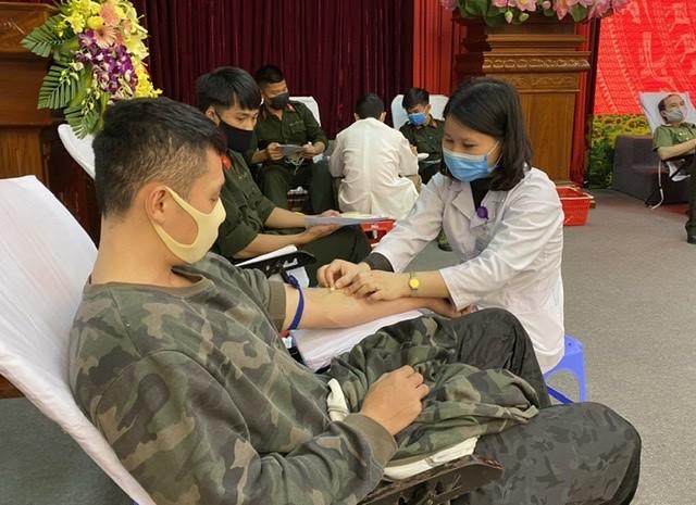 Thiếu tướng Nguyễn Hải Trung và gần 300 chiến sỹ tham gia hiến máu tình nguyện ảnh 1
