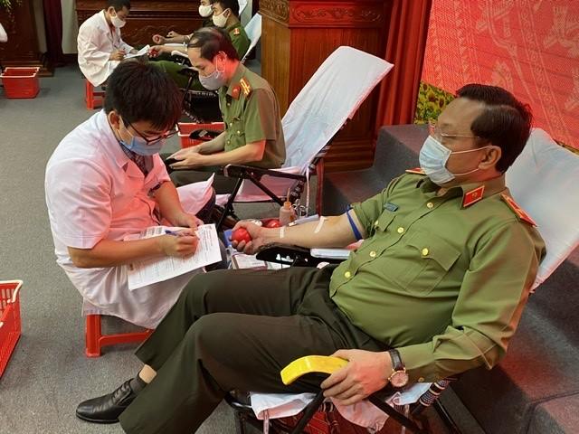 Thiếu tướng Nguyễn Hải Trung và gần 300 chiến sỹ tham gia hiến máu tình nguyện ảnh 2