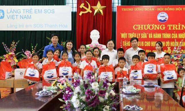 Trung ương Đoàn, Hội Đồng đội Trung ương tặng quà cho trẻ có hoàn cảnh khó khăn ảnh 1