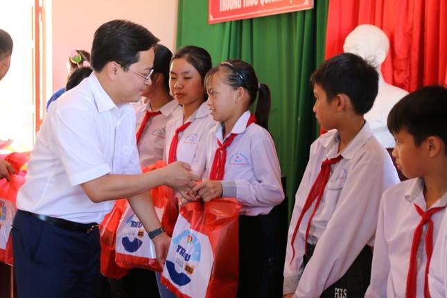 Trung ương Đoàn, Hội Đồng đội Trung ương tặng quà cho trẻ có hoàn cảnh khó khăn ảnh 4