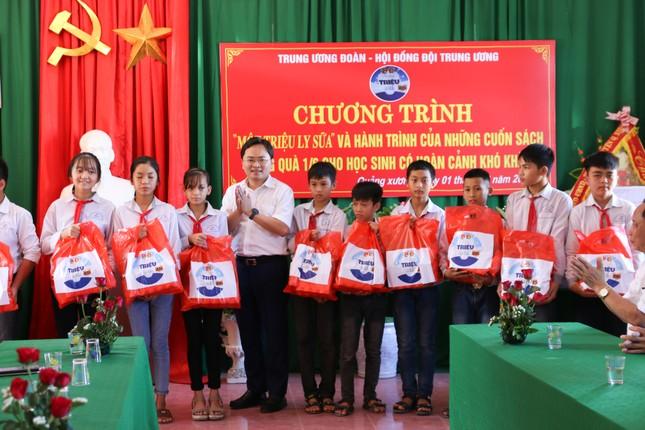 Trung ương Đoàn, Hội Đồng đội Trung ương tặng quà cho trẻ có hoàn cảnh khó khăn ảnh 2