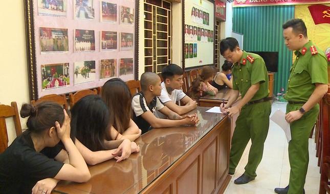 5 cô gái phục vụ nhóm khách nam 'bay lắc' trong quán karaoke ảnh 1