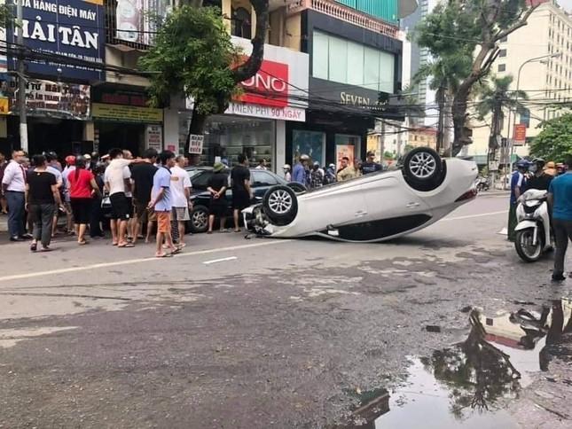Đâm vào xe khác, ô tô 5 chỗ lật ngửa giữa phố đông người ảnh 2