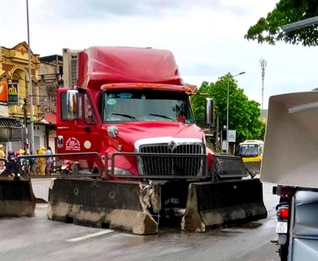 Tránh thương vong, tài xế tải đánh lái đâm nát dải phân cách ảnh 1
